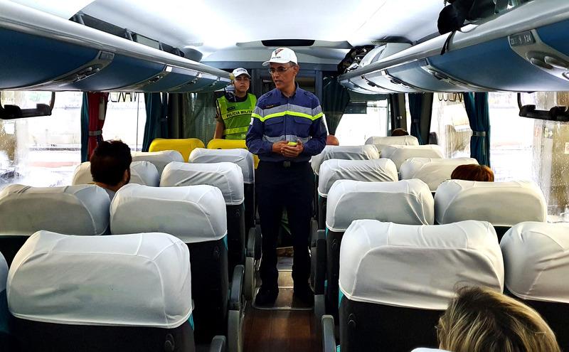 Blitz educativa, na rodoviária de Belo Horizonte. Agente passa orientações a passageiros dentro de um ônibus